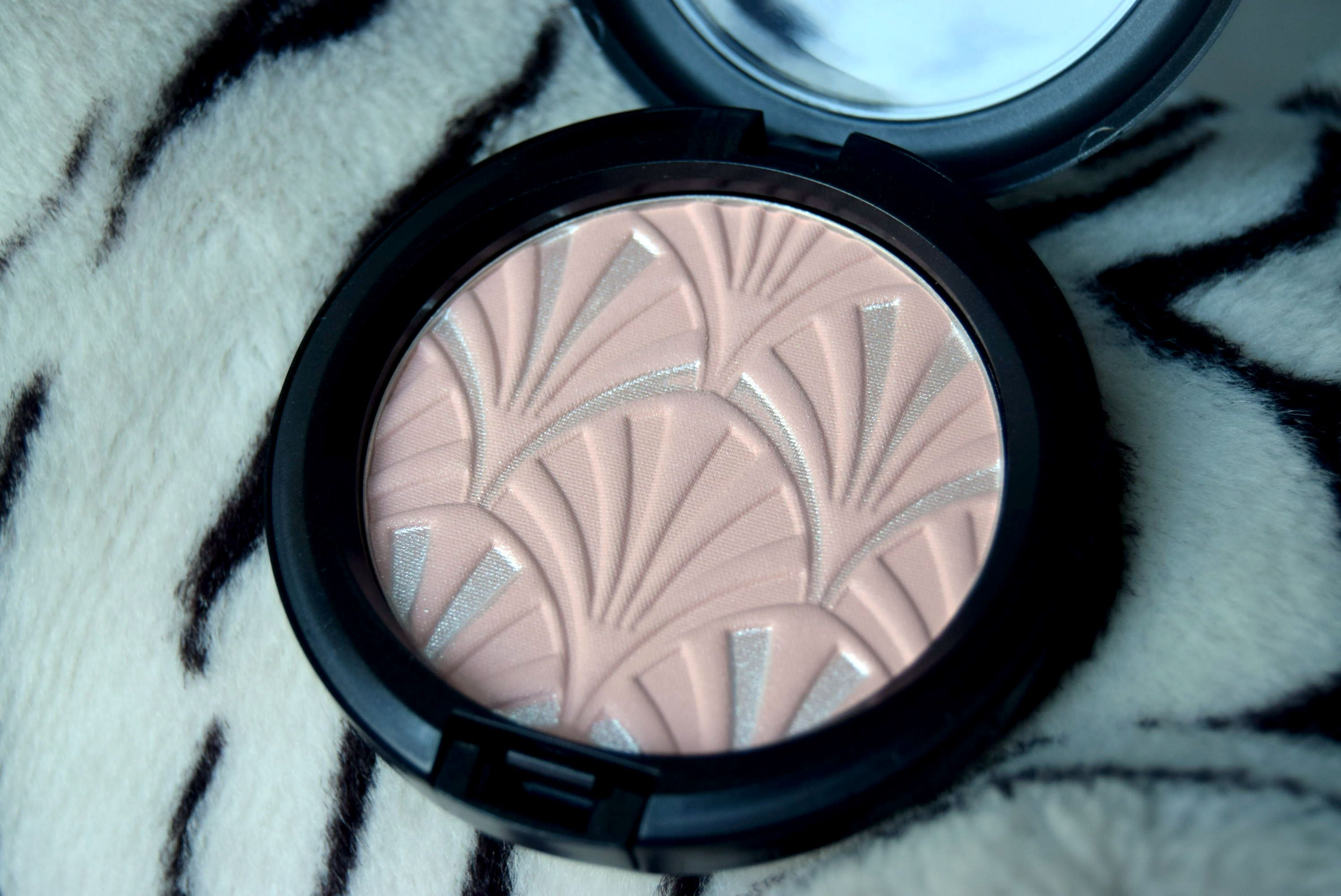 Review- M.A.C Highlight Powder Cipria Illuminate and Flat Out Fabulous Lipstick